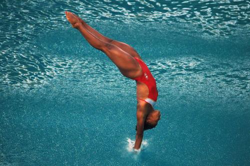 Theo tiêu chuẩn, một pha nhảy tiếp nước đẹp là khi người nhảy lặn vào trong nước nhưng gây ra ít xáo động trên mặt nước nhất. Ảnh:ThoughtCo.