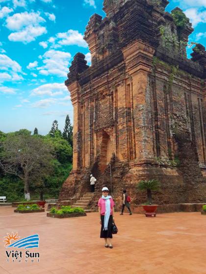 Tháp Nhạn sừng sững một góc trời - Ảnh: Viet SunTravel.