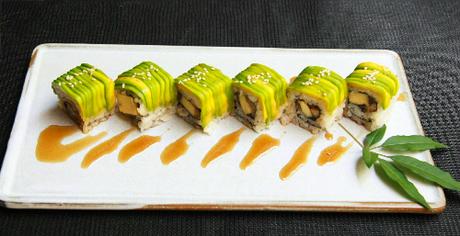 Makki bơ là sự kết hợp hoàn hảo giữa vị ngậy của quả bơ, vị thơm ngọt tự nhiên của lươn cùng vị chua thanh trong cơm cuộn.