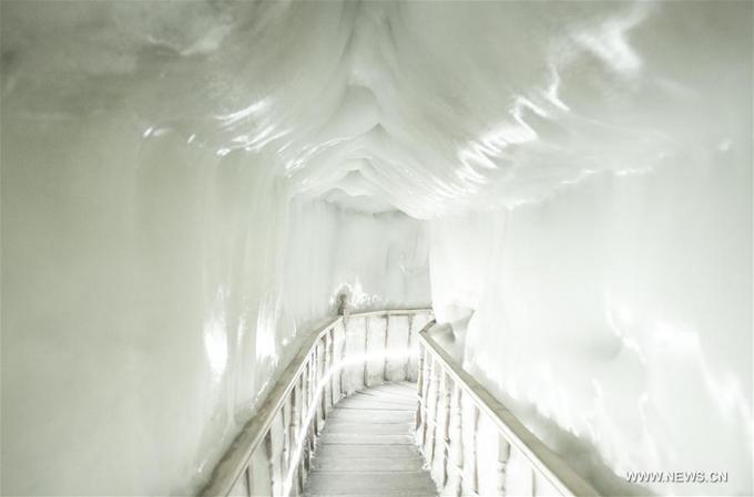 Động băng không bao giờ tan ngay cả giữa hè ở Trung Quốc