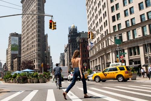 Một phụ nữ bán khỏa thân đi lại trên đường phố ở New York. Ảnh:Alexandra R. Gavillet.