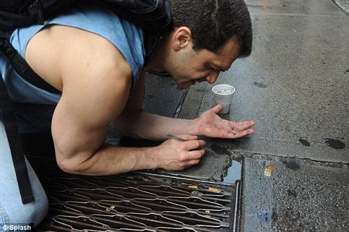 Raffi tìm kiếm những mẩu vàng, đá quý... mắc kẹt dưới đường phố Manhattan. Ảnh:Splash.
