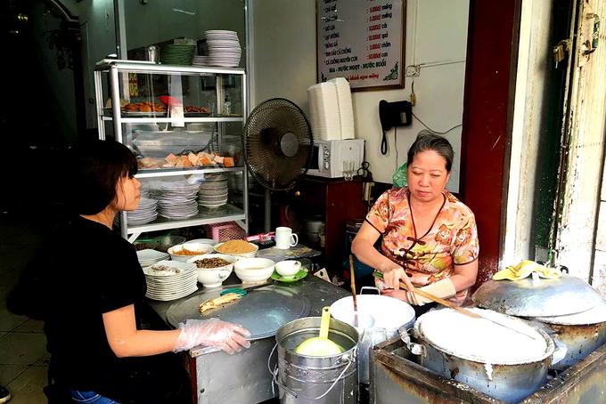 Hàng bánh cuốn gia truyền từ năm 1973 ở Hà Nội