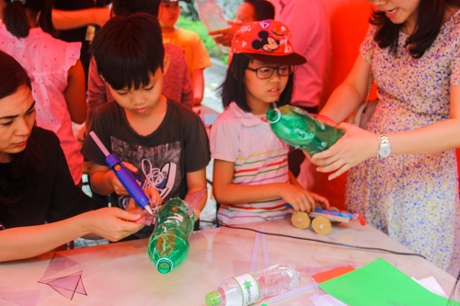 Các bạn nhỏ còn được thỏa sức sáng tạo tại góc khoa học vui khitự chế tạo những chiếc tên lửa nướcđộc đáo.