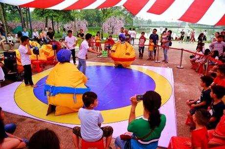 Nếu không muốn con cả ngàyvùi đầu vào smartphone trong 4 bức tường, bạn có thể đưa bétớitrại hè. Đến với sự kiện này, các bạn nhỏ sẽ có cơ hội tham gia rất nhiều hoạt động thú vị, bổ ích như học làm diều, thử thách Sasuke Kids, hóa thân làm Sumo, học trượt Patin, khám phá khoa học...