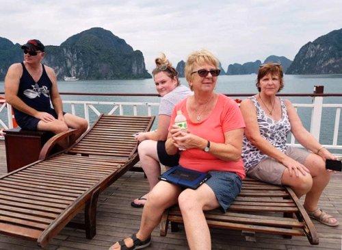 Bà Lynne Ryan- du khách người Úc (ngồi ngoài cùng bên phải) cùng các bạn trên tàu Hoàng Phương HP4686 thăm quan vịnh Hạ Long.
