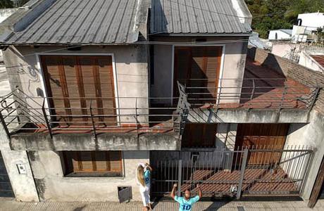 Lena Wagner vàOshin Gharibi tới thăm ngôi nhà mà Messi sống thời thơ ấu ởLa Bajada, Rosario. Ảnh: AP.