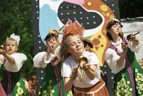 Trẻ em Nga biểu diễn nhạc dân gian với thìa gỗ. Ảnh: Chernov RIA/Novosti.