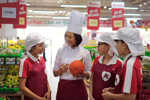 Cô Diệu Thảo chia sẻ cách chọn nguyên liệu tươi ngon tại siêu thị Auchan
