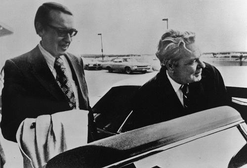 Ông Hale Boggs (phải) mất tích khi đang trên đường tới Juneau để tham gia một chiến dịch tranh cử cho đồng nghiệp