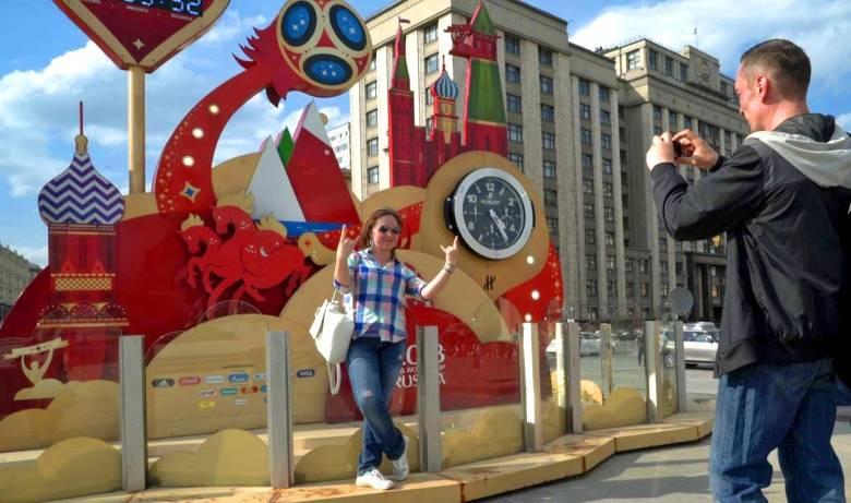 juliya golubeva alexei khovost 7051 4044 1527819085 - Người Nga tập cười, học tiếng Anh đón khách Tây dịp World Cup