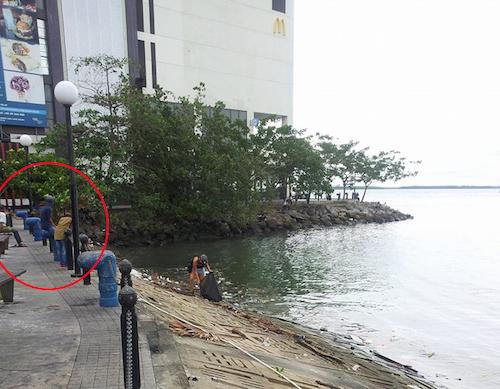 Mộtsố người dân địa phương đứng trên bờ theo dõi.Ảnh:Facebook.