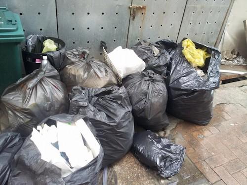 Cuối cùng Annachất đầy rác vào chíntúi to.Chủ nhân những bức ảnh tiết lộ, rác thải dưới bờ biển chủ yếu là đồ ăn bị người dân vứt lại. Ảnh:Facebook.