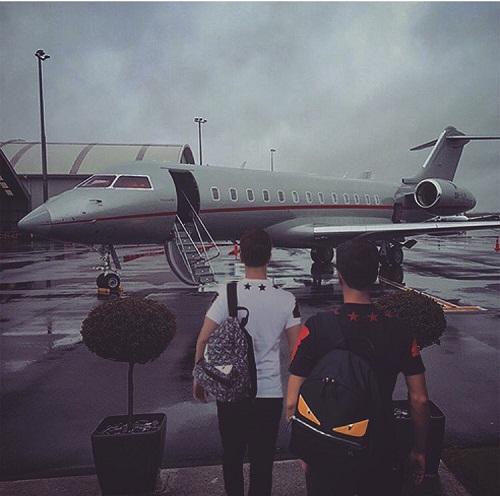 Adrian sở hữu phi cơ riêng - phương tiện luôn được trưng dụng cho mỗi kỳ nghỉ cùng bạn bè.