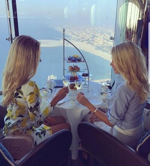 Tiệc trà chiều hơn 300 USD tại quán bar Skyview, trên tầng 27 của khách sạn Burj Al Arab, Dubai.