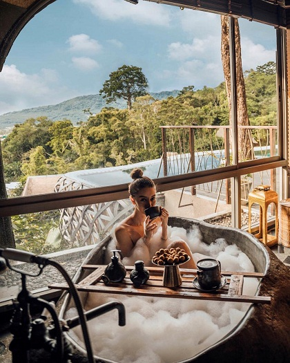 Tara Milk Tea, blogger đến từ Sydney có hơn một triệu người theo dõi. Cô đang tận hưởng mùa hè trên đảo Phuket, nghỉ trong căn hộ tổ chim với bể bơi ngoài trời của resort Keemala, giá 19.320 USD một đêm.