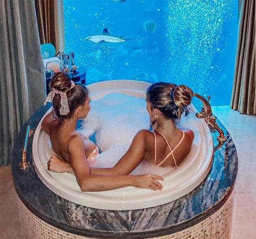 Trong khi đó, hội con nhà giàu Dubai thì tận hưởng mùa hè tại khách sạn Atlantis The Palm, nằm trên dải đất hình trăng khuyết tại đảo cọ Jumeirah, một mặt hướng ra biển Arab. Đây là khách sạn đẹp nhất Dubai với thủy cung khổng lồ.