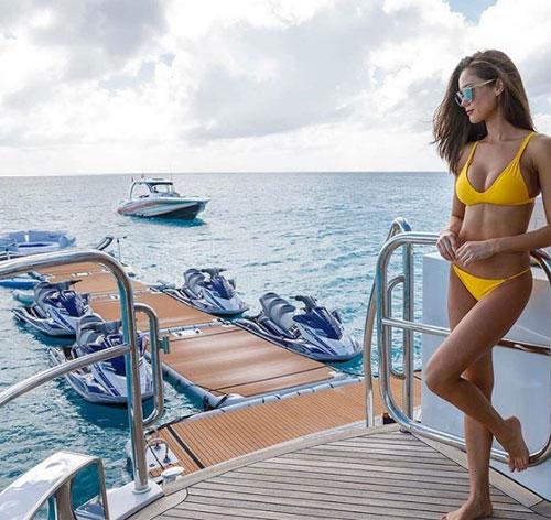Bức ảnh này được chụp trong một chuyến nghỉ dưỡng trên biển bằng siêu thuyền buồm ở Saint-Tropez.