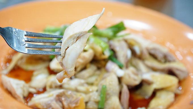 Nhà hàng 61 năm chỉ bán cơm gà và giá xào ở Malaysia