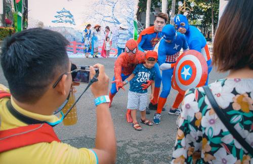 Các bé có thể thỏa thích chụp ảnh cùng các sêu anh hùng.