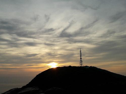 Bình minh Đà Nẵng nhìn từ đỉnh Bàn Cờ. Ảnh: Hương Chi.