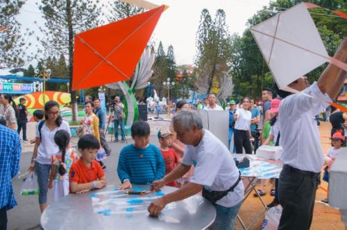 Các con sẽ đặc biệt thích thú khi tự tay mình làm được con diều và thả lên bầu trời cao tại Lễ hội Diều diễn ra vào mỗi cuối tuần trong suốt mùa hè ở công viên.