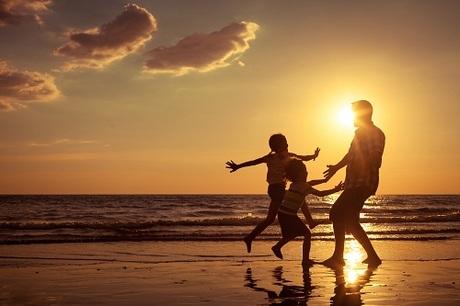 Tắm biển Bãi TrườngBãi Trường còn được biết đến với tên gọi Bãi Dài (Long Beach), nằm phía tây nam đảo Phú Quốc, kéo dài từ cảng Dinh Cậu xuống An Thới. Trong đó phía bắc Bãi Trường dài khoảng 5 km, nằm ngay trung tâm thị trấn Dương Đông, là nơi tập trung nhiều nhà hàng, khách sạn và khách tắm biển. Trong khi đó, khu nam Bãi Trường dài hơn, còn giữ được vẻ đẹp hoang sơ được vẻ đẹp hoang sơ của hòn đảo được mệnh danh là Đảo Ngọc tại Việt Nam. Nước ở Bãi Trường càng về phía nam càng trong xanh, bờ cát càng thoaithoải nên đây là địa điểm yêu thích của khách du lịch ghé thăm vào dịp nghỉ lễ hoặc tìm về chốn yên bình, tĩnh tại nơi ngắm hoàng hôn đẹp nhất đảo.