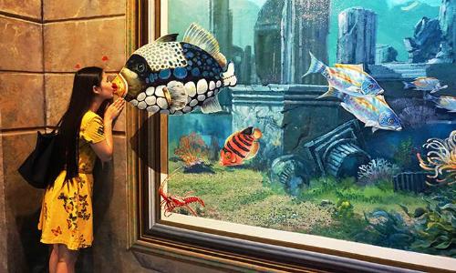 Du khách tạo dáng bên những bức tranh 3D sinh động. Ảnh: tourismdanang.
