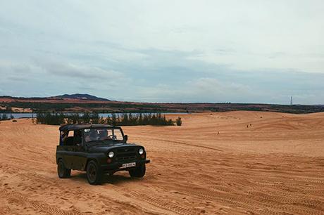 Lái xe off-road trên đồi cátAbcẢnh: @emelinetsr.
