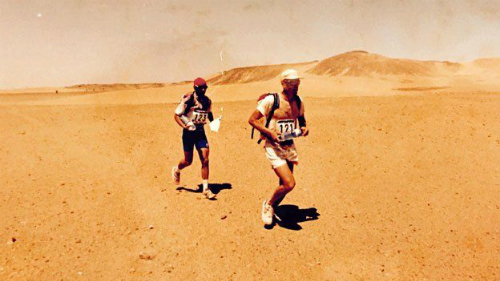 Khi được giải cứu, điều khiến Mauro thất vọng nhất chính là đã không hoàn thành được cuộc chạy marathon. Bức ảnh trên được chụp trên sa mạc Sahara, khi anh tham gia vào cuộc thi chạy năm 1994, sau Mauro là vận động viên ItalyMario Malerb. Ảnh: BBC.