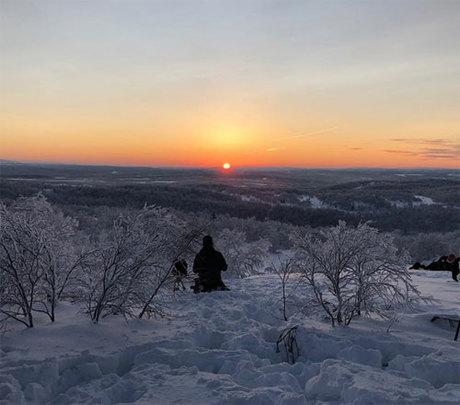 Người dân trong thành phố thi nhau chụp những hình ảnh mặt trời đầu tiên khi vừa ló rạng và đăng tải lên mạng. Ảnh:Travelandleisure.