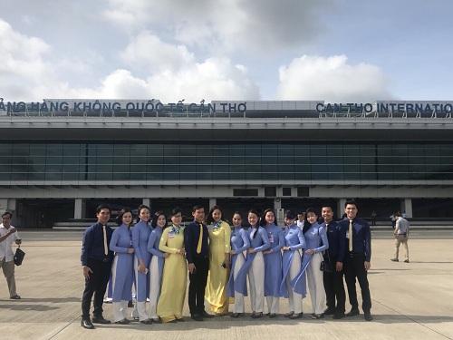 Đội ngũ nhân viên đón khách tại cảng hàng không quốc tế Cần Thơ.