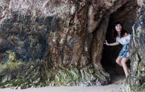 Những hang động bí ẩnMột nơi bí mật đến Google Map cũng chỉ mới bổ sung chính là Tanjong Rimau, một bờ biển nằm phía sau Rasa Sentosa, với những bờ đá hoang sơ chưa bị con người cải tạo. Tại đây du khách có thể tận hưởng không gian hoàn toàn vắng lặng ngay giữa hòn đảo du lịch đông đúc này. Hãy đi tìm những hang động nhỏ ẩn sau những vách đá tự nhiên cao chót vót ở nơi đây.