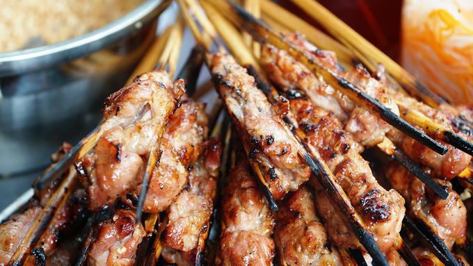 Quán bún thịt nướng 40 năm: từ gánh rong đến hàng đông khách