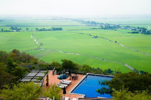 Hồ bơi này nằm trong một resort ở An Giang. Ảnh: chudu24.