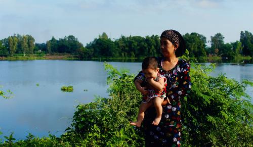 Gần hồ là nơi sinh sống của cộng đồng người Chăm. Ảnh: Nam Chấy.