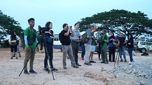 BTC cuộc thi cùng các thí sinh đi xem các chim quý đang được bảo tồn trong tự nhiênở Siem Reap. Ảnh: Phong Vinh.
