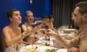 Bên trong nhà hàng muốn ăn phải cởi bỏ toàn bộ quần áo ở Paris