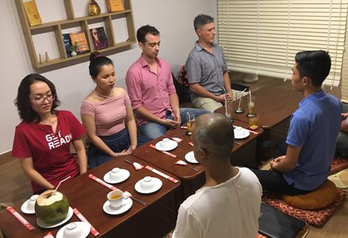Những vị khách cùng uống trà, bàn về thiền và các câu Pháp trong cuộc sống.