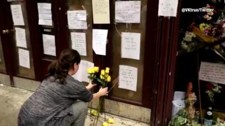 Fan đặt hoa tưởng nhớ trước cửa nhà hàngBrasserie Les Halles