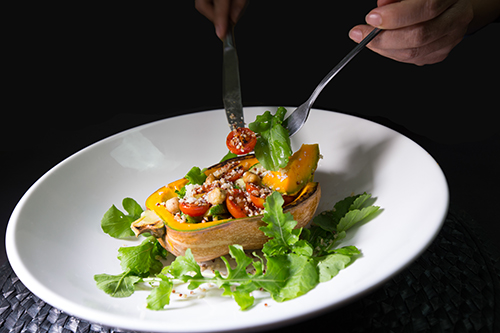 Móncỗ xe lọ lem làm từ bí đỏ nướng, hạt couscous, rau rocket, cà chuavà các loại xà lách, thêm chút phô mai.