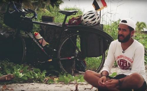 Mohamedhy vọng nhận được nhiều sự giúp đỡ từ những người lạ tốt bụng trên đường đi. Ảnh: Twitter.