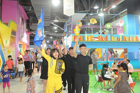 Mùa hè đến saumột năm học vất vả, đây là thời điểm để các bé thỏa sức vui chơi. Không ít bémơ ước một lần trở thành những vận động viênmà mình hâm mộ, tranh tài cùng bạn bè ở những môn thể thao hấp dẫn như bóng đá, bóng rổ, điền kinh&Tại tiNiWorld mùa hè này, từ14/05  24/06/2018, Đấu trường Vận độngtiNi Olympic được tổ chức dành riêng cho các bé. Chương trình có sự hiện diện củaQuán quân Vietnam Idol Kids Thiên Khôi (áo vàng).