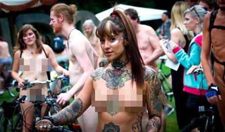 Bức ảnh này được chụp trong lễ hội Đạp xe khỏa thân thế giới ở Anh. Phương châm của lễ hội là: Trần như bạn muốn (Bare as you dare). Ảnh: Mirror.