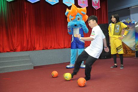 Những bạn nhỏ sẽ không thể bỏ lỡ cơ hội trở thành siêu sao đá bóng tại Olympic mùa hè.