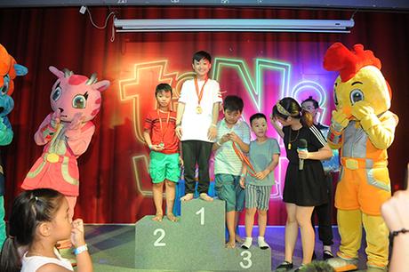 Đặc biệt, các bé có thành tích tốt nhất ở bảng xếp hạng sẽ nhận được giải thưởng giá trị vào đêm chung kết ngày 30/6. Khi thấy convui đùa trong trang phục thể thao khỏe khoắn, bước lên bục huy chương, nhiều phụ huynh sẽ cảm thấy hạnh phúc và tự hào.