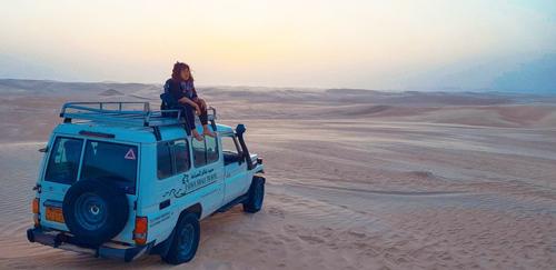 Cô gái Việt như sống trong ảo ảnh giữa sa mạc Sahara