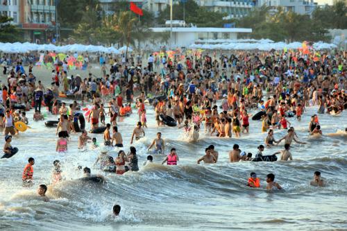 Tháng 6,7,8 là mùa cao điểm của du lịch Sầm Sơn. Ảnh: Lê Bích.