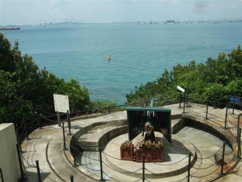 Từ cuối thế kỷ 19, người Anh từng xây dựng pháo đài Siloso trên đảo Sentosa để bảo vệ Singapore,thương cảng quan trọng của Hoàng gia Anh, khỏi mọi quân xâm lăng tiếp cậntừ đường biển. Tuy nhiên, trong Thế chiến II, những họng pháo củaquân đội Anh lại chĩa vào Singapore để đánh bại quân đội Nhật Bảntiến vào từ Malaysia. Ngày nay, du khách có thể tham quan pháo đài này, nơi còn lưu giữ nhiều hiện vật từ thời chiến.
