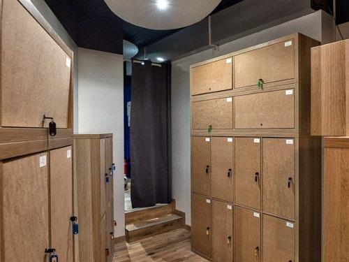 Quần áo, điện thoại, camera, máy ảnh... và mọi đồ dùng cá nhân phải được để trong tủ đồ phía ngoài phòng ăn.
